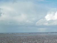 Une plage à marée basse découvrant sa nudité sans anneau.