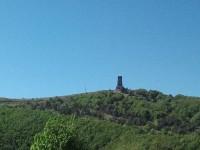 Tour isolée dans la montagne, sur fond de ciel bleu, symbolisant les séparés.