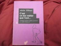 """Livre à couverture mauve portant le titre : """"C'est un dur métier que l'exil"""", de Nâzim Hikmet."""