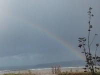 Arc-en-ciel au-dessus des flots grondants tandis que Jeannie, que l'on ne voit pas, rentre à sa cabane.