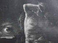 Un homme torse nu, Caïn, ébloui par l'œil de la conscience, se protège les yeux de sa main.