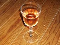 Un verre de vin rhénan posé sur une malle symbolise la nuit rhénane.