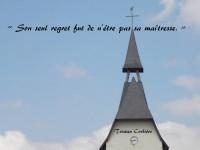 À la flèche d'une église, sur fond de ciel bleu, est inscrit ce vers en épitaphe : « Son seul regret fut de n'être pas sa maîtresse. »