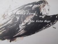 Sur un détail d'un dessin de Victor Hugo qui représente un Pégase ailé s'élançant vers les cieux, on peut lire : « Réaliser un chef-d'œuvre : Entendre Victor Hugo ».