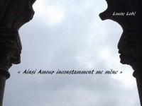 Entre deux colonnes tournées vers le ciel apparaît ce vers : « Ainsi Amour inconstamment me mène », inscrit sur le ciel, ET « Louise Labé », écrit sur la pierre.