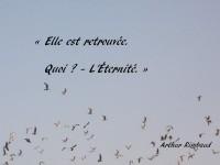 Dans un ciel d'azur dans lequel s'envolent des mouettes, sont inscrits ces deux vers : « Elle est retrouvée Quoi ? - L'Éternité. » et, en bas à droite, le nom de l'auteur, Arthur Rimbaud.