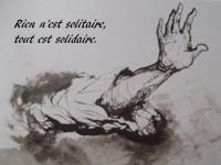 Ce détail d'un dessin de Victor Hugo représente un bras sortant d'une manche, paume de main ouverte vers le lecteur. En haut à gauche : Rien n'est solitaire, tout est solidaire.