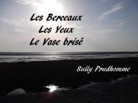Un bord de mer, le soir, avec le reflet du soleil. Les Berceaux, les Yeux et Le Vase brisé sont inscrits dans le ciel, avec le nom de Sully Prudhomme sur la berge sombre.